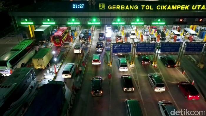 Sehari sebelum larangan mudik diberlakukan pada Rabu (5/5),  kemacetan dan antrean panjang terjadi di pintu keluar gerbang Tol Cikampek Utama (Cikatama) 1, Karawang, Jawa Barat. Ini potretnya.