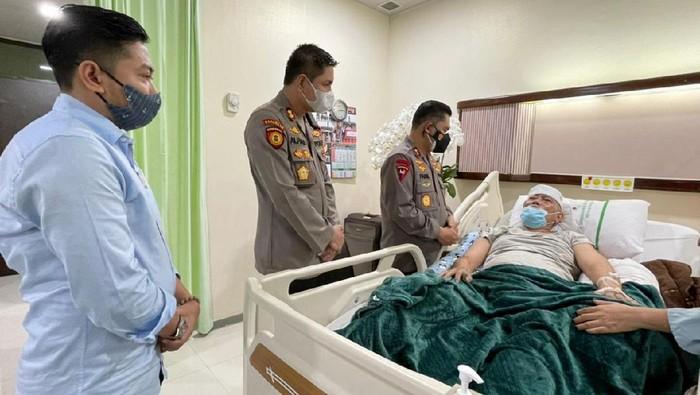 Kapolda Metro Jaya Fadil Imran menyempatkan diri untuk menyambangi KH. Ali Badri Zaini yang merupakan keluarga dari Ketua Sahabat Polisi Indonesia DKI Jaya, Fauzi Mahendra.