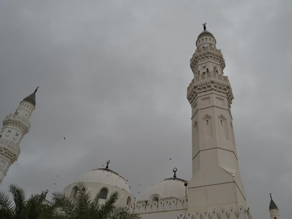 Tepatnya, Masjid Quba dibangun pada tanggal 8 Rabiul Awal atau 23 September 622 Masehi. Saat proses pembangunan nabi terlibat membawa bahan-bahan bangunan, bahkan badannya dipenuhi debu dan pasir. (iStock)