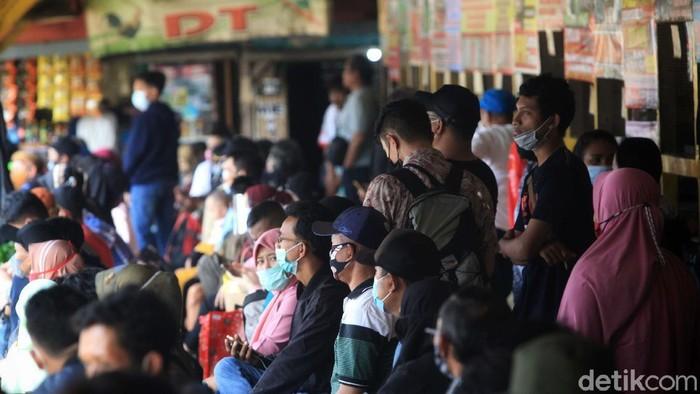 Volume pemudik di Terminal Bayangan Lebak Bulus, Jakarta, cenderung menurun. Hal ini karena adanya larangan mudik 6-17 Mei 2021.