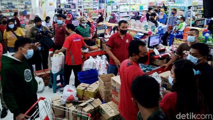 Sejumlah warga di Klaten mulai berbelanja persiapan lebaran jelang Hari Raya Idul Fitri pekan depan. Pusat perbelanjaan di Klaten pun ramai dikunjungi warga.
