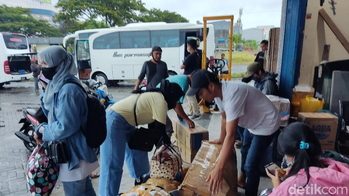 Salah satu kantor PO bus di Makassar dipadati pemudik jelang larangan mudik (Hermawan/detikcom).