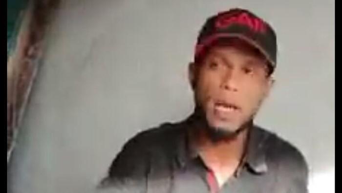Screenshot video viral pria peras warga lagi bangun rumah di Medan