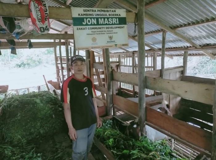 Sebelumnya, Jon berprofesi sebagai kuli bangunan dengan pendapatannya tak menentu dan sulit untuk memenuhi kebutuhan sehari-hari.