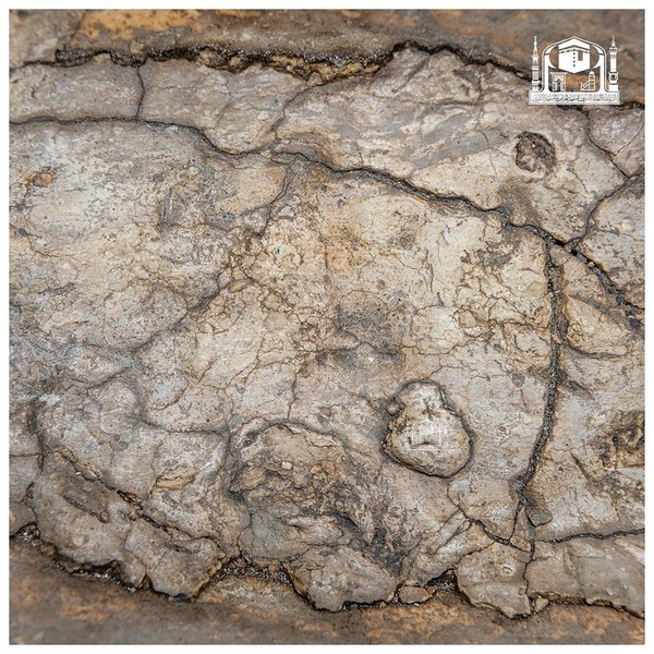 Maqam Ibrahim ini merupakan bangunan (struktur) yang mencakup batu lebar kecil yang terletak kurang lebih 20 hasta di sebelah timur Kabah.Maqam Ibrahim adalah batu tempat Ibrahim berpijak saat membangun Kabah. Awalnya batu tersebut menempel di dinding Kabah, tetapi kemudian dijauhkan dari dinding Kabah beberapa meter pada masa Umar bin Khattab. Pada masa setelahnya, batu tersebut ditutupi perak dan dikurung dalam struktur seperti sangkar.