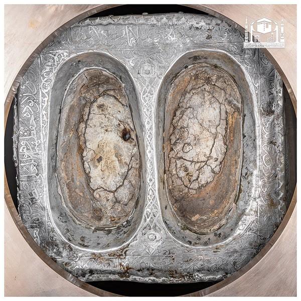 Di dalam bangunan kecil ini terdapat sebuah batu yang diturunkan oleh Allah dari surga bersamaan dengan dengan batu-batu kecil lainnya yang terdapat di Hajar Aswad. Batu ini menjadi tempat berdiri Ibrahim saat membangun Kabah bersama Ismail.