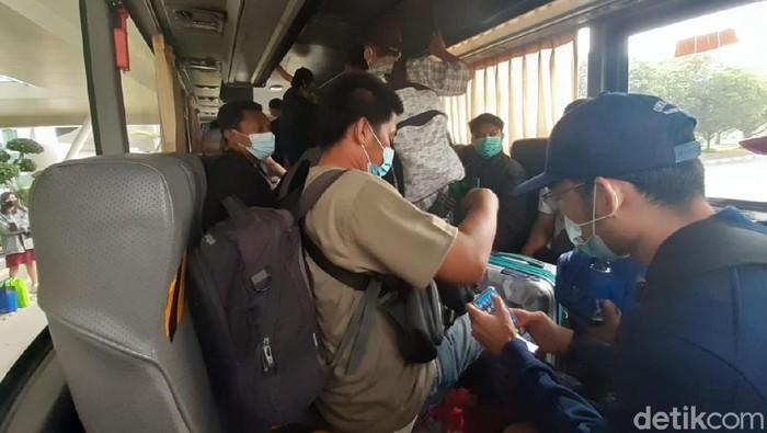 Kondisi shuttle bus untuk pindah dari terminal ke terminal di Bandara Soekarno-Hatta
