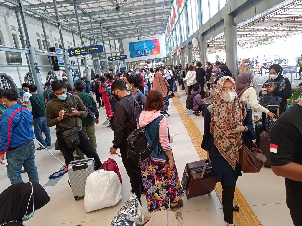 Suasana pemudik padati Stasiun Pasar Senen pada Rabu,(5/5/2021)