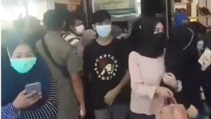 Tangkapan layar video viral desak-desakan pengunjung di Mal Panakkukang Makassar (dok. Istimewa).