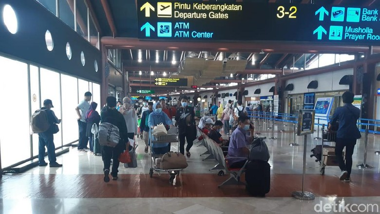 Terminal 2 Bandara Soetta Ramai Jelang Larangan Mudik