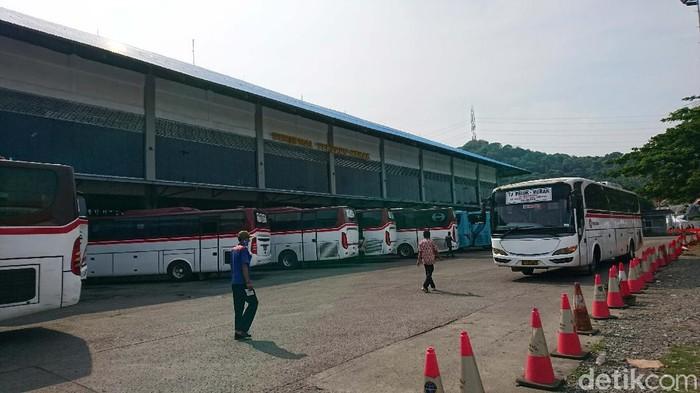 Terminal Terpadu Merak kondisinya sepi sehari jelang larangan mudik yang berlaku pada 6-17 Mei. Hanya terlihat beberapa penumpang yang turun dari bus.