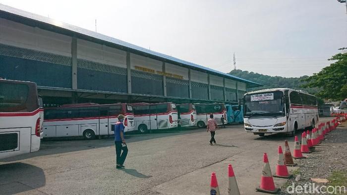 Terminal Terpadu Merak kondisinya sepi sehari jelang larangan mudik yang berlaku pada 6-17 Mei (M Iqbal/detikcom)