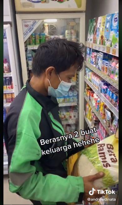 Seleb TikTok Ini Hobi Traktir Driver Ojol Belanja Makanan di Minimarket