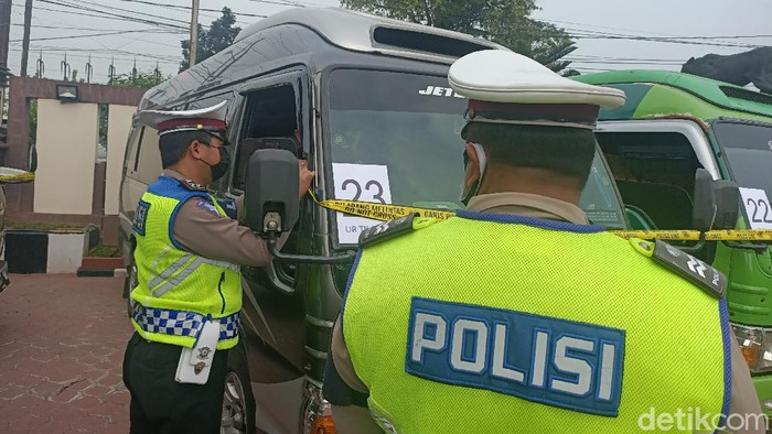 Puluhan mobil travel terjaring penyekatan oleh petugas di jalur Pantai Utara (Pantura) Karawang. Dari hasil pemeriksaan, mobil travel tersebut dikenakan tilang.