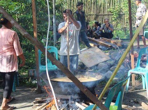 Toga dan keluarganya saat masak besar di persta adat Batak.