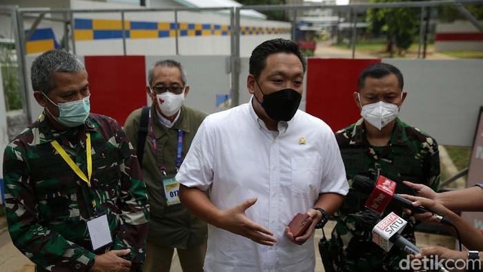 Wakil Ketua Komisi IX DPR Charles Honoris mengunjungi Wisma Atlet, Kemayoran, Jakarta. Ia mengecek kesiapan Wisma Atlet dalam menangani COVID-19.
