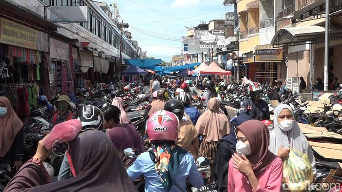 Warga memadati Pasar Wonomulo, Polewali Mandar, Sulbar (Abdy/detikcom).