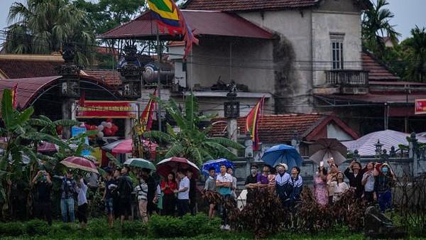 Diketahui festival layang-layang memiliki makna budaya dan spiritual yang besar bagi penduduk setempat.