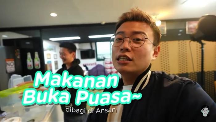 Aksi Mulia YouTuber Korea Bagikan Takjil untuk Muslim Indonesia di Ansan