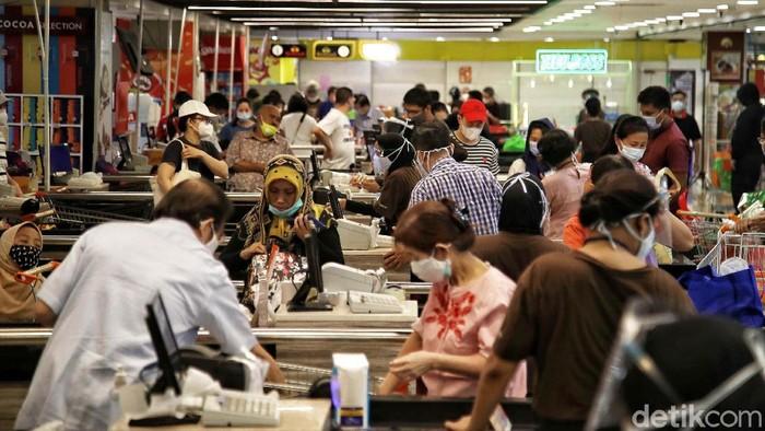 Menjelang Hari Raya Idul Fitri, warga mulai berbelanja kebutuhan pokok. Aksi belanja kebutuhan Lebaran membuat geliat ekonomi mulai terlihat di tengah pandemi COVID-19.