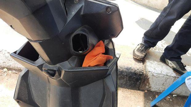 4 Pemotor tak berhelm, tak miliki surat-surat kendaraan hendak masuk ke Tol Bekasi Barat