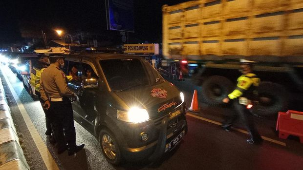 Ada larangan mudik, Polres Cirebon Kota menyekat kendaraan dari arah Jakarta.