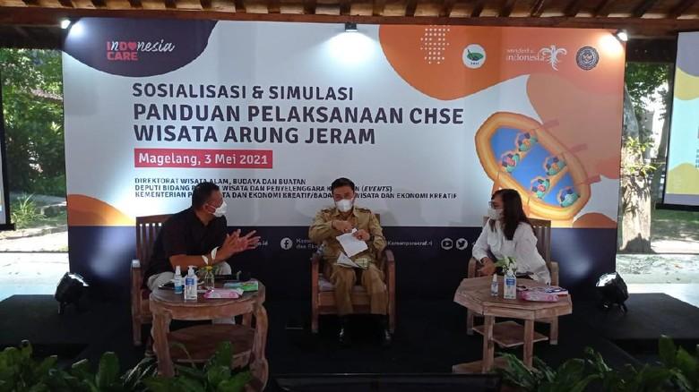 "Kegiatan ""Sosialisasi dan Simulasi Panduan Pelaksanaan CHSE Wisata Arung Jeram"" yang berlangsung di Sungai Elo, Magelang, Jawa Tengah pada tanggal 3 Mei 2021."