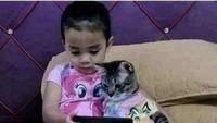 Foto: Viral Bikin Gemas Aksi Bocil & Kucingnya, Main HP Sampai Ngaji Bareng