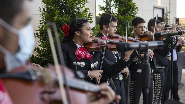 Cinco de Mayo adalah perayaan yang diadakan setiap tanggal 5 Mei, hal ini dilakukan untuk memperingati jasa-jasa tentara Meksiko menang melawan Perancis pada Battle of Puebla tahun 1862.