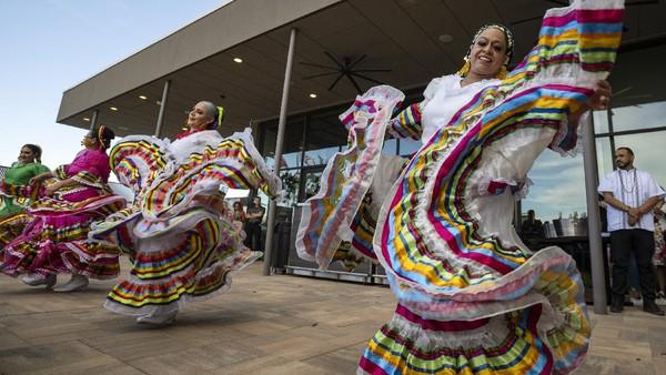 Penari folklorico dari grup Viva Mexico menari saat perayaan Cinco de Mayo di Odessa Marriott Hotel and Convention Center, Odessa, Texas, Rabu (5/5/2021) waktu setempat.