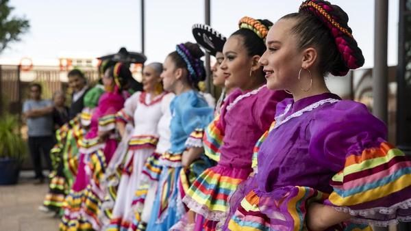 Orang-orang keturunan Meksiko-Amerika atau Hispanik yang tinggal di luar Meksiko menandai peringatan tersebut dengan membuat parade, pesta, music mariachi, tarian rakyat Meksiko, dan makanan tradisional (misalnya tacos).