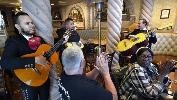 Perayaannya biasanya dilakukan dengan sederhana seperti menikmati makanan, minuman, dan musik ala Meksiko.