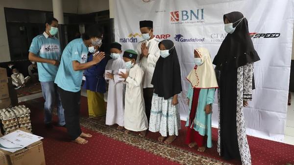 Penyerahan donasi kepada 53 Anak Yatim dan Dhuafa di Pesantren Yatim dan Dhuafa Shabilul Mukminin, Depok, Kamis (6/4). Dok.Jurnalis Kayuh Indonesia
