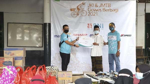 Jurnalis Kayuh Indonesia bersama dengan Komunitas sepeda Jurnalis Mountain Bike memberikan donasi berupa uang tunai dan sembako. Dok.Jurnalis Kayuh Indonesia