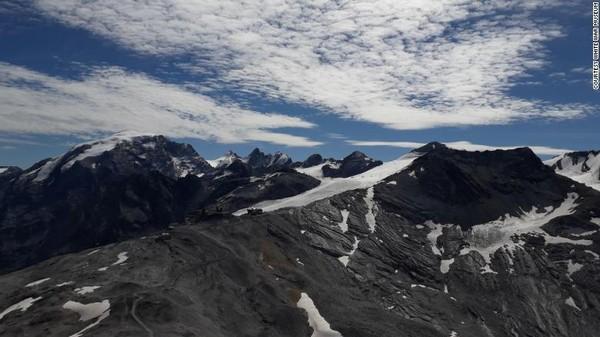 Gua itu berada di ketinggian 3.094 meter, tepat di bawah puncak Gunung Scorluzzo. Pekerjaan penggalian telah dilakukan setiap Juli dan Agustus sejak 2017, menghilangkan sekitar 60 meter kubik es dari gua.