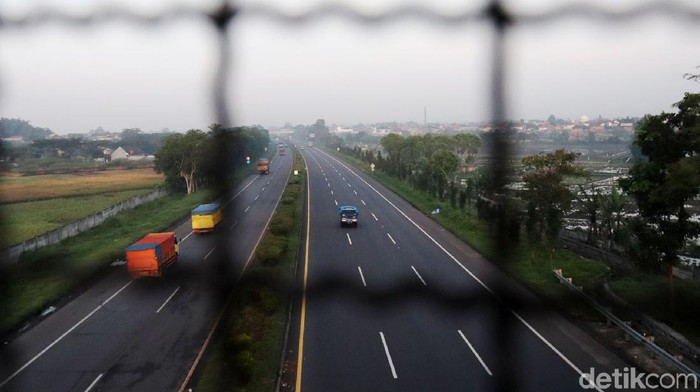 Arus lalu lintas di exit Tol Cileunyi, Kabupaten Bandung, Jawa Barat terpantau lengang di hari pertama larangan mudik.