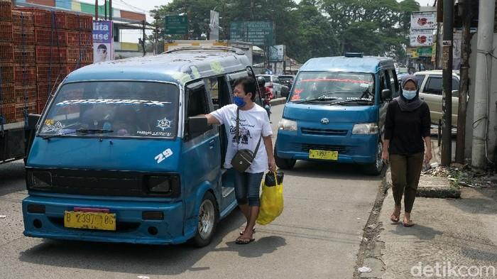 Jalanan di dekat Pasar Parung, Kabupaten Bogor, Jawa Barat, terpantau macet. Kemacetan dikarenakan volume kendaraan dan angkot yang ngetem.