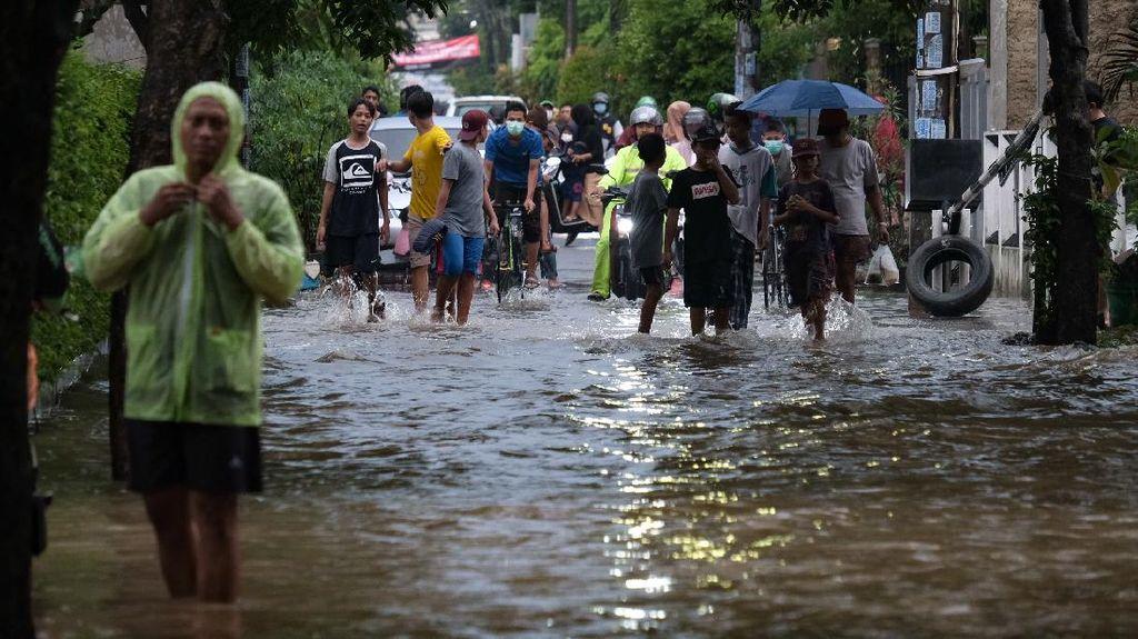 Jalanan Kompleks di Pamulang Terendam Imbas Hujan Deras