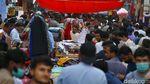Jelang Lockdown Warga Pakistan Serbu Pasar