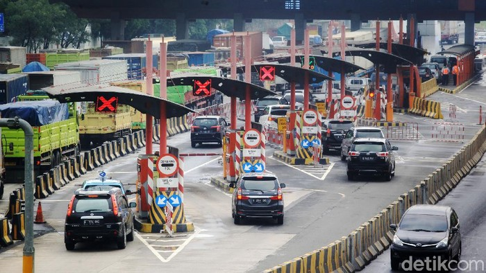 Kendaraan dari Jakarta mengarah ke Merak terpantau padat merayap saat melewati di Gerbang Tol Cikupa, Banten, Kamis (5/5/2021). Kondisi ini bertepatan dengan Hari pertama pembatasan kendaraan mudik 2021.
