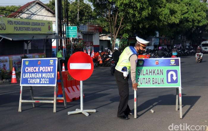 Polisi mulai melakukan penyekatan mudik lebaran 2021. Kendaraan berpelat nomor di luar Kota Bandung diberhentikan dan diputarbalik.