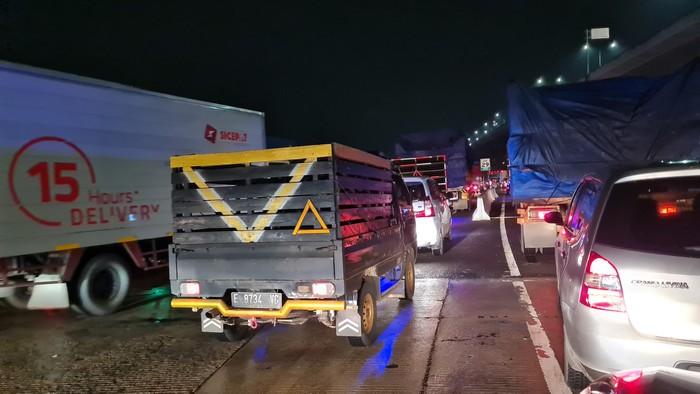 Kondisi macet akibat penyekatan larangan mudik di Tol Jakarta-Cikampek, Kamis (6/5/2021).