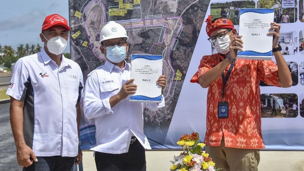 Menparekraf Sandiaga Salahuddin Uno saat meninjau pembangunan Sirkuit Internasional Mandalika mengaku optimis keberadaan Sirkuit Internasional Mandalika di Lombok Tengah, Nusa Tenggara Barat (NTB) pada Kamis (6/5/2021) dapat menjadi awal kebangkitan ekonomi Indonesia. ANTARA FOTO/Ahmad Subaidi