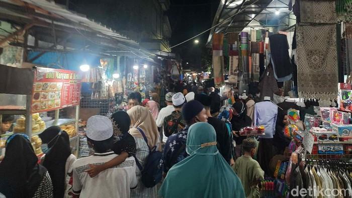 Sepekan menjelang Lebaran, peziarah mulai tampak ramai di Makam Sunan Ampel. Mereka merupakan warga Surabaya dan daerah sekitar.