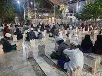 Ramainya Peziarah Makam Sunan Ampel di Malam Jumat Terakhir Ramadhan
