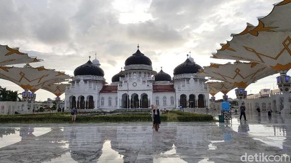 Di Aceh, Masjid Raya Baiturrahman tak hanya jadi objek wisata andalan, bangunan ini juga merupakan landmark populer di daerah tersebut. Syanti/detikcom.