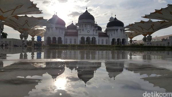Masjid Baiturrahman dibangun pada 1612 M oleh Sultah Iskandar Muda Mahkota Alam. Masjid ini pernah menjadi bangunan paling megah pada abad ke -18.