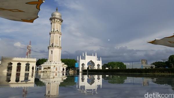 Masjid Baiturrahman memiliki 7 kubah, 4 menara, dan 1 menara induk. Luas area masjid pun bertambah kurang lebih sekitar 4 hektar. Di dalam kompleks masjid terdapat sebuah kolam dan menara induk.