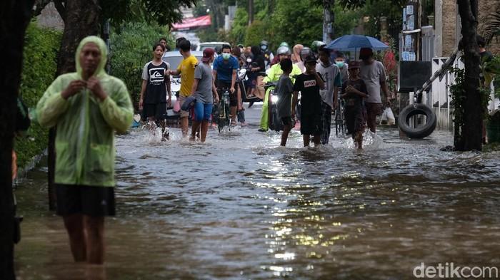 Jalanan di Kompleks Pamulang Indah, Tangerang Selatan, Banten, terendam. Jalanan terendam seusai hujan deras yang mengguyur wilayah tersebut.