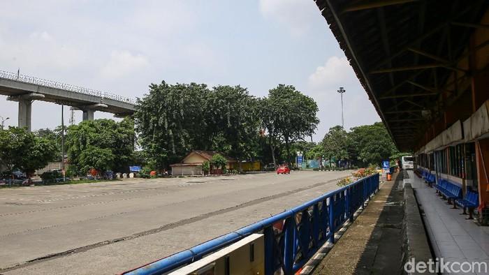 Pemerintah melarang mudik Lebaran pada 6-17 Mei 2021. Terminal Kampung Rambutan pun tidak beroperasi.